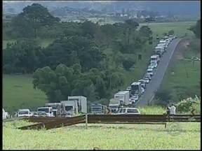 Imprudência de motorista pode ter causado morte de mulher em Marília, SP - De acordo com a Polícia Rodoviária Estadual, o motorista do veículo estaria em alta velocidade e não parou no cruzamento. Houve congestionamento de mais de três quilômetros de cada lado da pista.