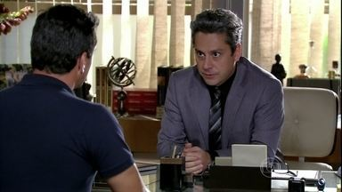 Stenio avisa a Théo que Lívia quer devolver o dinheiro da indenização - O capitão fica surpreso com a atitude de Lívia