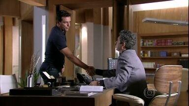 Salve Jorge - Capítulo de quarta-feira, dia 27/03/2013, na íntegra - Helô pede para Barros não falar nada sobre Théo para Morena. Théo não aceita receber de volta o dinheiro de Lívia