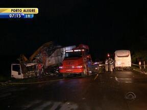 Três pessoas morrem em acidente na Estrada do Mar - Outras 24 pessoas ficaram feridas e ainda recebem atendimento em hospitais.