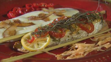 Chef Julia Benning ensina receita de robalo com purê de cará - Prato mistura culinária nordestina com sabores de outras partes do mundo. Peixe pode ir ao forno embrulhado em papel alumínio ou folha da bananeira.