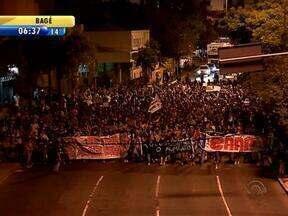Protesto contra reajuste de passagem de ônibus em Porto Alegre terminou em confusão - Manifestantes tentaram invadir a prefeitura.