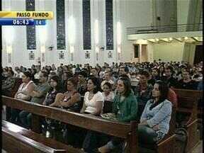Cerca de 300 pessoas se reuniram em Santa Maria, RS, para homenagear vítimas da Kiss - A tragédia completou dois meses na última quarta-feira.