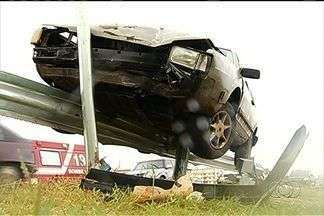 Veículo derrapa e fica pendurado à grade de proteção, na BR-040, em GO - Acidente aconteceu no perímetro urbano de Luziânia, no Entorno do DF. De acordo com o Corpo de Bombeiros, motorista abandonou carro e fugiu.