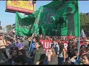 Estudantes voltam a entrar em confronto com a polícia no Chile - Estudantes chilenos voltaram a protestar por melhorias na educação e entraram em confronto com a polícia. Vinte mil universitários e alunos se concentraram em frente à Universidade de Santiago. Depois saíram em passeata.