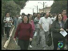 Milhares de pessoas participam de uma caminhada de penitência em Ponta Grossa - Os fieis vão percorrer 11 quilômetros