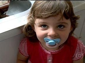 Dicas para as crianças perderem o hábito da chupeta e dedo na boca - Duas mães lutam para fazer com que as filhas abandonem hábitos da infância: a chupeta e o dedo na boca. Um dentista dá conselhos para a família aprender a lidar com o problema.