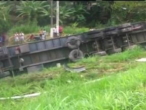 Três pessoas morrem em acidente na BR-101 - Um carro e uma carreta bateram no Viaduto Rio do Ouro. A motorista do carro, uma criança e uma adolescente que também estavam no veículo morreram no local. Outras três pessoas ficaram feridas, uma delas em estado grave.