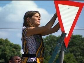 Placas de trânsito são arrancadas em vários pontos do DF - No quadro DF + Limpo, veja que placas de trânsito são destruídas todos os dias na capital federal. Isso aumenta os gastos públicos e o risco de acidentes de trânsito. Marina Franceschini vive um dia de agente de trânsito.