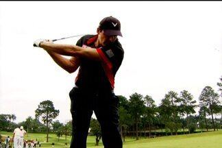 Giovane Gávio esquece o stress da beira da quadra em campo de golfe - Técnico do Sesi aproveita momentos de folga jogando golfe