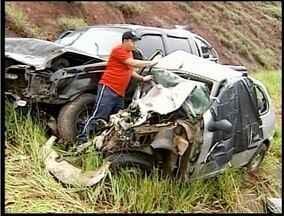 Vários acidentes são registrados no primeiro dia do feriado prolongado - Um grave acidente na manhã desta sexta-feira (29) deixou dois mortos e três gravemente feridos.