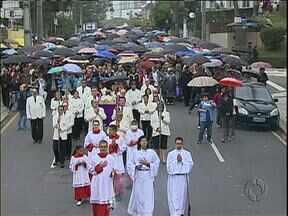 Debaixo de chuva, milhares de pessoas participaram de procissões nesta Sexta-feira Santa - Duas procissões se encontraram bem no centro de Curitiba.