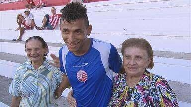 Jogadores do Náutico recebem a visita de duas simpáticas senhoras - Idosas foram aos Aflitos para incentivar o time, que enfrenta o Santa Cruz, no próximo domingo.