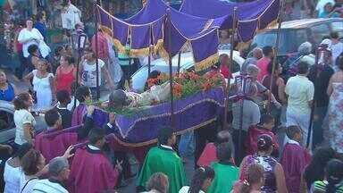 Em Olinda, procissão do Senhor Morto lembra a Paixão de Cristo - Para os católicos, a Sexta-feira Santa é o único dia do ano em que não se celebra missa. Caminhada religiosa saiu da Igreja da Sé e percorreu as ladeiras da cidade.