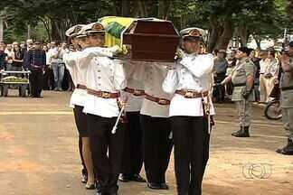 Enterrado corpo do ex-governador de Goiás Mauro Borges, em Goiânia - O corpo do ex-governador de Goiás Mauro Borges foi enterrado no início da noite desta sexta-feira (29), no Cemitério Jardim das Palmeiras, em Goiânia.