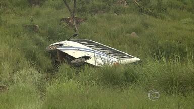 Micro-ônibus com fiéis tomba perto de Caeté - Veículo transportava 26 pessoas entre Dom Cavati e Belo Horizonte; ninguém ficou ferido