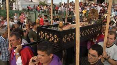 Católicos participam da procissão do Senhor Morto, em Fortaleza - Procissão percorreu as ruas do Centro de Fortaleza.