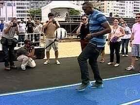 Usain Bolt diz que quer quebrar uma marca na praia de Copacabana - O homem mais rápido do mundo conheceu a pista de 150 metros montada em Copacabana. O piso é do mesmo material usado em Olimpíadas e Mundiais. Ele vai tentar superar a melhor marca da prova, que é dele mesmo - 14s35.