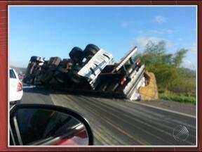 Carreta tomba na BR-324 e carga fica espalhada pela pista - O acidente foi nas proximidades do município de São Sebastião do Passé.