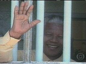 Governo sul-africano diz que melhorou o estado de saúde de Nelson Mandela - O porta-voz da presidência informou que Mandela acordou disposto e se alimenta bem. O ex-presidente, de 94 anos, está internado desde quarta-feira, agora em observação. Esta é a terceira vez, em quatro meses que Mandela é internado.