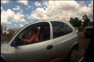 Condutora é flagrada falando ao celular, fumando e bebendo ao dirigir em MS - A equipe de reportagem da TV Morena flagrou o momento em que uma condutora comete infrações de trânsito na avenida Fábio Zahran, em Campo Grande. A imagem mostra a condutora falando ao celular, acendendo um cigarro e tomando uma cerveja em lata.