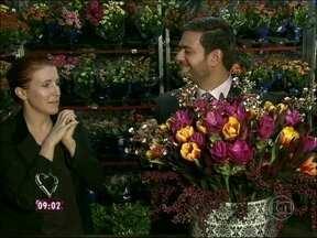 Florista ajuda Bruno Astuto a fazer arranjo para presentear Ana Maria - Colunista quis homenagear a apresentadora no dia do aniversário dela