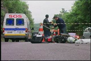 Acidente mata uma pessoa e deixa outra ferida na RS-287, em Santa Cruz - A colisão foi entre uma moto e um caminhão.