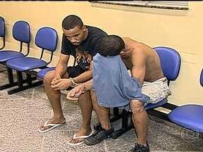 Dois homens são presos em Copacabana depois de assaltarem jovem em van regularizada - De acordo com a Polícia, os bandidos anunciaram o assalto quando embarcaram no veículo. Um celular e dinheiro foram roubados do passageiro. Quando os criminosos desceram da van, a vítima gritou, chamando a atenção de uma patrulha da PM.