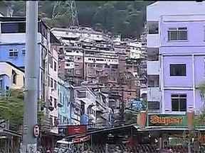 Tiroteio assusta moradores da Rocinha - Os moradores da Rocinha ficaram assustados na noite desta terça-feira (10) por causa de mais um tiroteio na comunidade. Muitos acordaram assustados com o barulho de tiros.