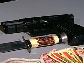 Menores usam arma de brinquedo para ameaçar moradores de uma casa na Zona Norte de SP - Seis menores foram apreendidos depois de invadir na noite da terça-feira (09) uma casa na Vila Guilherme, Zona Norte da capital. Eles usaram uma arma de brinquedo e uma faca para ameaçar e agredir os moradores.