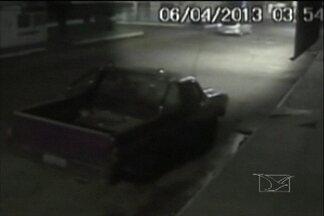 Carro atropela ciclista no centro de Imperatriz - Imagens de uma câmera de segurança flagram o momento em que um carro atropela um motociclista no centro de Imperatriz. O motociclista não resistiu aos ferimentos e morreu antes mesmo de receber atendimento médico.
