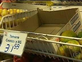Alta do tomate no Brasil afeta supermercados da Argentina - O alto preço do tomate no Brasil vem afetando diretamente o desabastecimentos nos supermercados da Argentina. No Brasil o quilo do tomate tem custado oito reais.