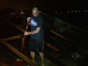 Moradores da Grande Florianópolis sofrem com alagamentos após chuvas - Moradores da Grande Florianópolis sofrem com alagamentos após chuvas