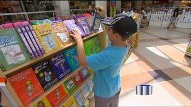 Feira de livros conta com mais de 30.000 títulos em Taubaté - Em Taubaté, uma feira de livros reúne mais de 30.000 títulos. Confira foi até lá para mostrar que até o fim do mês esta é uma opção pra quem gosta de ler.