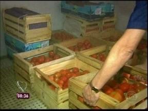 Brasileiros atravessam a fronteira para comprar tomate - Na Argentina, quilo do alimento é vendido por R$ 3, menos da metade do preço aqui