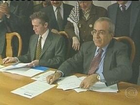 Primeiro-ministro palestino renuncia - O primeiro-ministro palestino renunciou hoje. Salam Fayyad estava no cargo desde 2007. Ele era considerado um moderado, e tinha um papel importante nas negociações de paz com Israel.