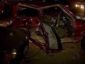 Quatro carros se envolvem em acidente na BR -116, próximo à Fazenda Rio Grande - Acidente foi na noite de domingo.
