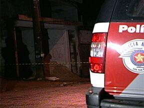 Três homens atiram contra cinco jovens no Jardim Fortaleza, em Guarulhos - Três rapazes morreram na hora. Um adolescente foi atingido e levado para um hospital da região. Um estudante que conseguiu fugir dos disparos contou que um dos homens se identificou como policial militar.
