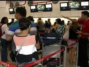 Mais da metade dos vôos sofrem com atrasos no aeroporto JK - Muitos passageiros reclamaram dos vôos com atrasos no aeroporto JK. Mais da metade dos vôos saíram com atrasos. E 13 pessoas entraram na justiça contra as companhias.