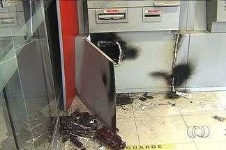 Criminosos destroem dois caixas eletrônicos em agências bancárias de Goiânia - A Polícia Militar afirma que os dois crimes aconteceu em um prazo curto. Com isso, a PM acredita que o roubo tenho sido praticado pela mesma quadrilha.