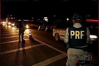 Após show sertanejo, PRF flagra motoristas embriagados e sem documentação, em Goiás - Uma operação da Polícia Rodoviária Federal, na BR-452, perto de Rio Verde, flagrou motoristas embriagados e outros sem documentação. O bloqueio policial foi montado perto do local de um show de música sertaneja, nesse final de semana.