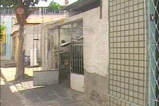 Casa que fica no Centro de Campina Grande foi assaltada e família vive momentos de pânico - Acusados invadiram a casa, renderam moradores e levaram dinheiro e objetos.