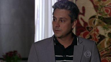 Stenio acusa Helô de ter sido ingrata com ele - Morena explica para a delegada o estado de saúde de Jéssica. Stenio lamenta ter que sair do apartamento da ex-mulher
