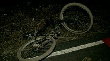 Suspeito de atropelar três pessoas se apresenta à polícia no Norte de Minas - Homem de 26 anos não tem carteira de motorista. Casal e o filho de dois anos morreram.