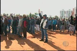 Sindicato dos Trabalhadores da Construção Civil abre votações - O Sindicato dos Trabalhadores da Construção Civil abriu votações para a campanha salarial de 2013 e outras reinvidicações da categoria. Trabalhadores de Suzano participaram do movimento na manhã desta quinta-feira (18).