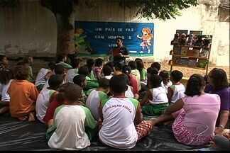 Projeto de leitura estimula alunos de escola municipal de Cariacica, ES - Alunos de 6 a 11 anos participam de projeto. Escola comemora mês do livro infantil.