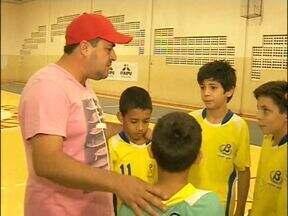 Competição de futsal entre crianças promove a participação dos pais - Pais torcem pelos filhos em competição da Taça Foz futsal.