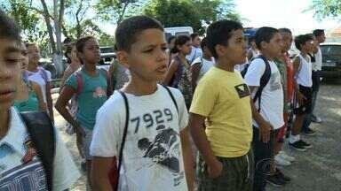 Crianças e adolescentes de Arapiraca participam do Pelotão Mirim da PM - O terceiro Batalhão da Polía Militar criou o projeto Pelotão Mirim para atender crianças e adolescentes das escola públicas e que vivem em bairros onde há muita violência.