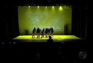 Conjunto de coreografias marcaram o aniversário da Nelson Santos Cia de Dança - Um belo conjunto de coreografias executado com sutileza por doze bailarinos marcou a celebração dos 15 anos da Nelson Santos Cia de Dança. O espetáculo aconteceu ontem à noite no Teatro Atheneu, em Aracaju.