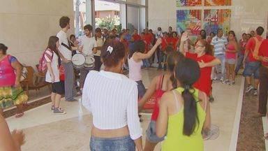 Trabalhadores sem-teto ocupam prédio da Superintendência da Caixa Econômica de Campinas - Um grupo de ao menos 100 manifestantes do Movimento dos Trabalhadores Sem-teto invadiram o prédio da Superintendência da Caixa Econômica Federal, na Avenida Norte-Sul, em Campinas.